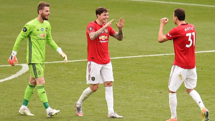 LEICESTER, ENGLAND - JULY 26: Victor Lindelof and Nemanja Matic of Manchester United celebrate their sides victory after the Premier League match between Leicester City and Manchester United at The King Power Stadium on July 26, 2020 in Leicester, England.Football Stadiums around Europe remain empty due to the Coronavirus Pandemic as Government social distancing laws prohibit fans inside venues resulting in all fixtures being played behind closed doors. (Photo by Oli Scarff/Pool via Getty Images)