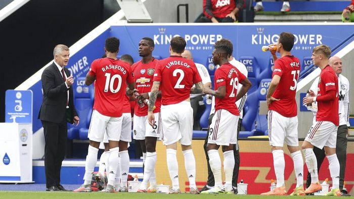Manchester Uniteds manager Ole Gunnar Solskjaer, left, gives instructions to his players during the English Premier League soccer match between Leicester City and Manchester United at the King Power Stadium, in Leicester, England, Sunday, July 26, 2020. (Carl Recine/Pool via AP)