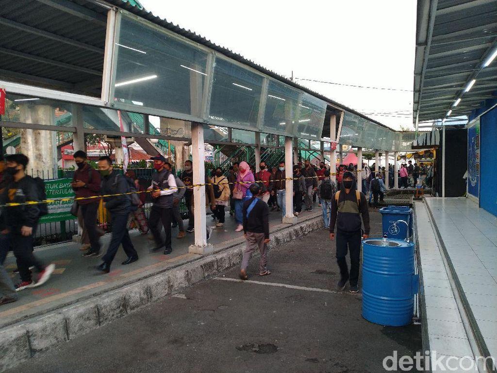 Antre di Stasiun Bogor, Pengguna KRL Pakai Baju Lengan Panjang