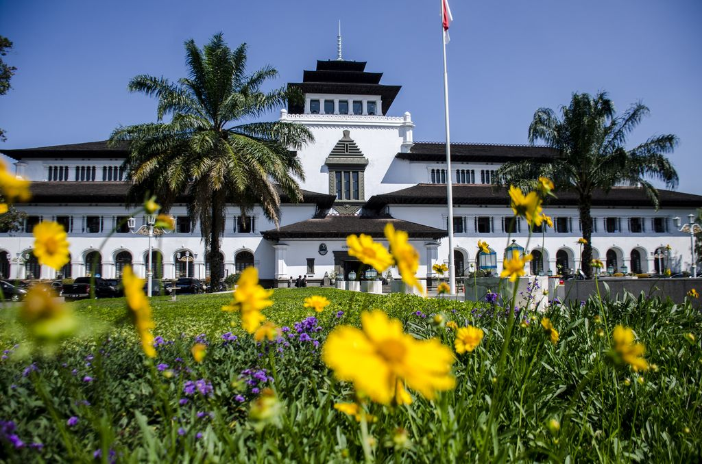 Dibangun pada 27 Juli 1920, Gedung Sate kini berusia 100 tahun. Bangunan bersejarah ini dibangun dengan arsitektur yang terinspirasi dari zaman Renaissance.