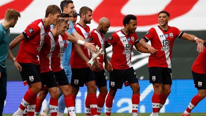 SOUTHAMPTON, ENGLAND - JULY 26: Southampton players celebrate at the end of the Premier League match between Southampton FC and Sheffield United at St Marys Stadium on July 26, 2020 in Southampton, England. Football Stadiums around Europe remain empty due to the Coronavirus Pandemic as Government social distancing laws prohibit fans inside venues resulting in all fixtures being played behind closed doors. (Photo by Andrew Boyers/Pool via Getty Images)
