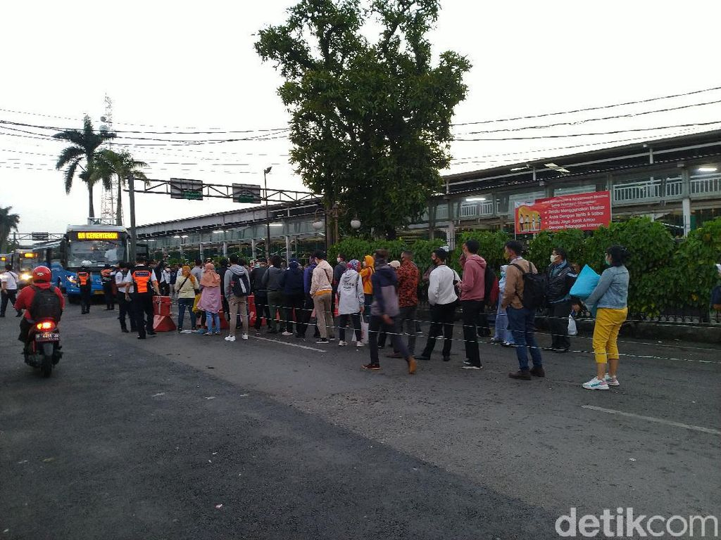 Warga Antre Naik Bus Gratis di Stasiun Bogor, Antrean Tak Mengular