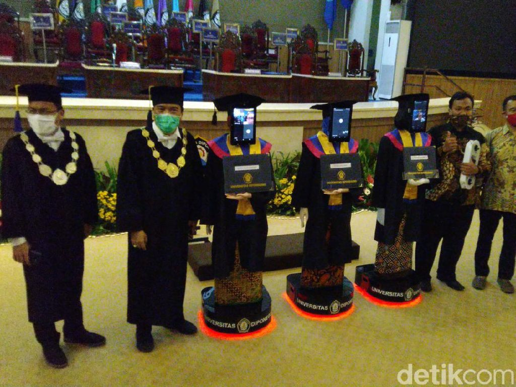 Canggih! Wisuda Undip Semarang Hari Ini Pakai Robot