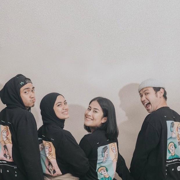 Ayudia Bing Slamet juga membuat Podcast bersama sang suami, Ditto; artis Tarra Budiman dan sang istri, Gya.