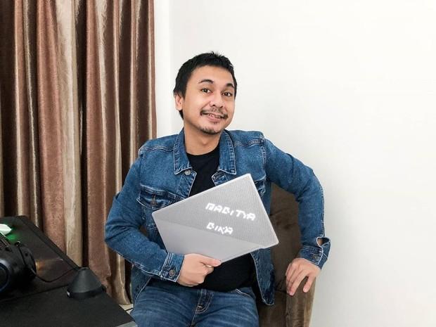 Penulis sekaligus komika Raditya Dika memiliki Podcast dengan format talk show bernama PORD.