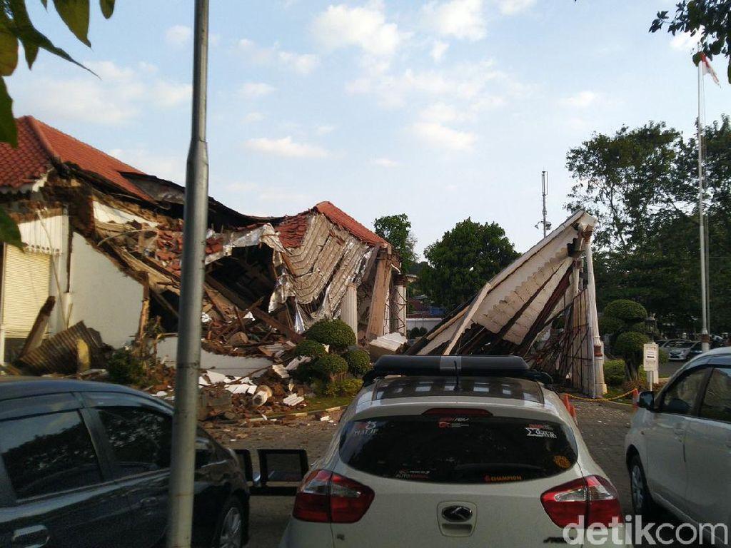 Bruk! Bagian Depan Kantor OJK Jateng-DIY di Semarang Roboh