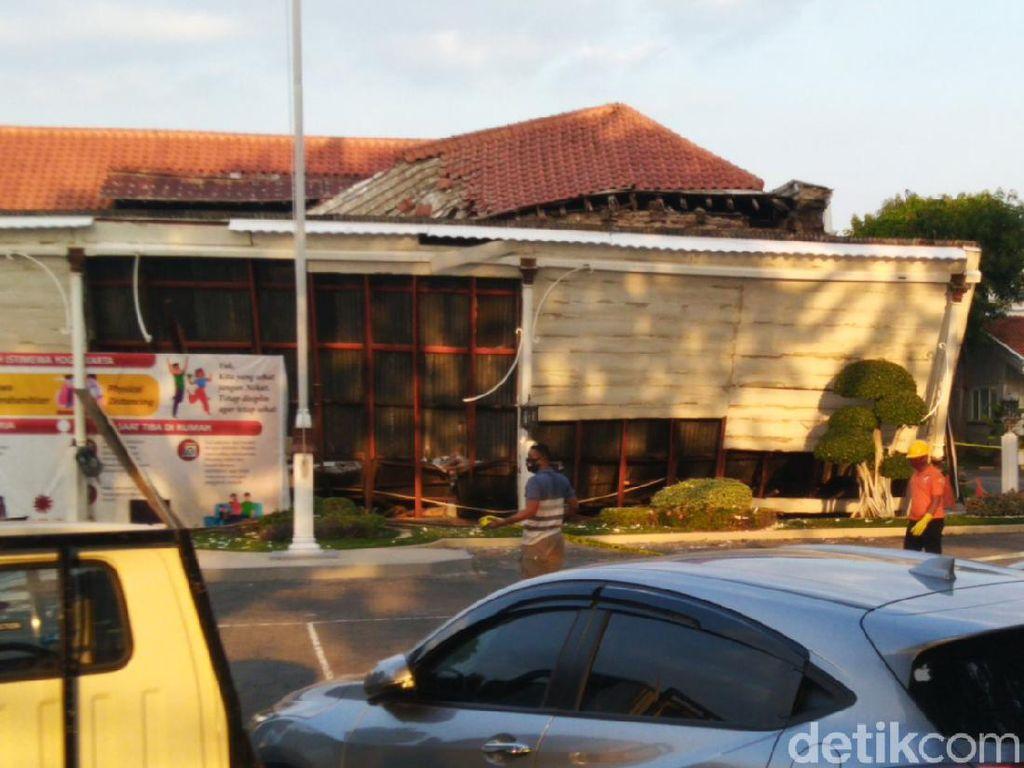 Ini Penyebab Bagian Depan Kantor OJK Jateng-DIY di Semarang Roboh