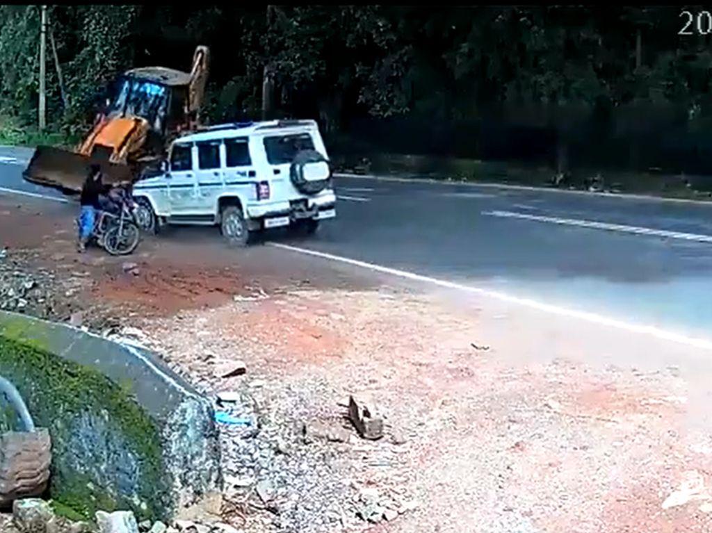 Asyik Nongkrong di Pinggir Jalan, Bikers Ini Hampir Digilas Buldozer