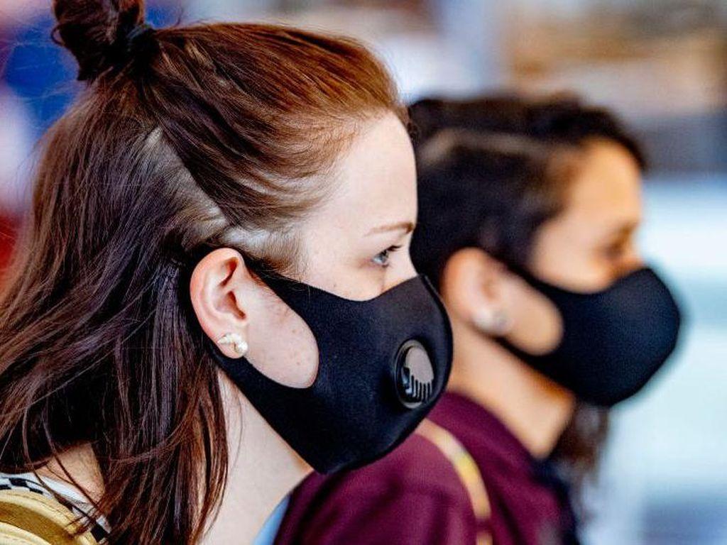 Turis Inggris Pilih Batalkan Liburan Ketimbang Pakai Masker