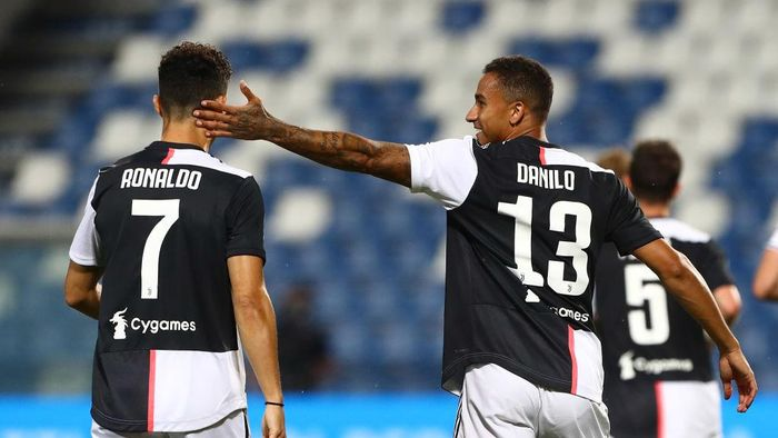 REGGIO NELLEMILIA, ITALY - JULY 15:  Danilo (R) of Juventus FC celebrates with his team-mate after scoring the opening goal Cristiano Ronaldo (L) during the Serie A match between US Sassuolo and Juventus at Mapei Stadium - Città del Tricolore on July 15, 2020 in Reggio nellEmilia, Italy.  (Photo by Marco Luzzani/Getty Images)
