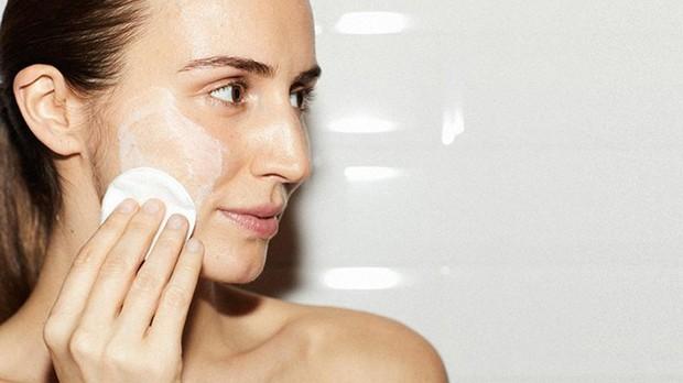 kamu yang jenis kulitnya sensitif, cukup gunakan AHA sekali dalam satu minggu.