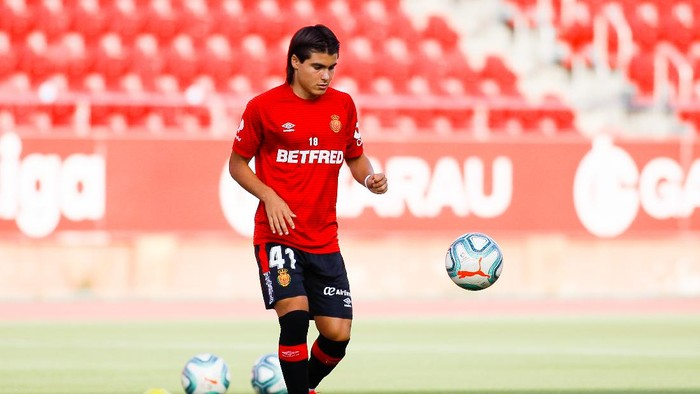 MALLORCA, SPAIN - JUNE 30: Luka Romero of RCD Mallorca controls the ball during the warm up prior to the Liga match between RCD Mallorca and RC Celta de Vigo at Visit Mallorca Estadi on June 30, 2020 in Mallorca, Spain. (Photo by Isaac Buj/Getty Images)