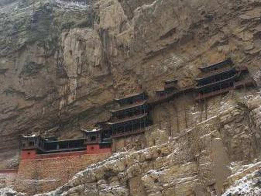 Ngeri-ngeri Sedap Berkunjung ke Kuil Gantung di China