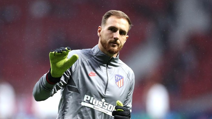MADRID, SPAIN - OCTOBER 22: Jan Oblak of Atletico Madrid acknowledges the fans prior to the UEFA Champions League group D match between Atletico Madrid and Bayer Leverkusen at Wanda Metropolitano on October 22, 2019 in Madrid, Spain. (Photo by Angel Martinez/Getty Images)