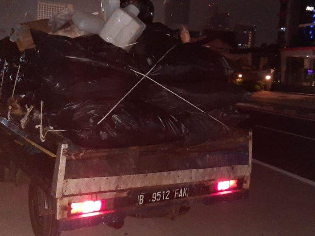 Sampah Muncul Misterius di JLNT Antasari Dini Hari, Faktanya Terungkap