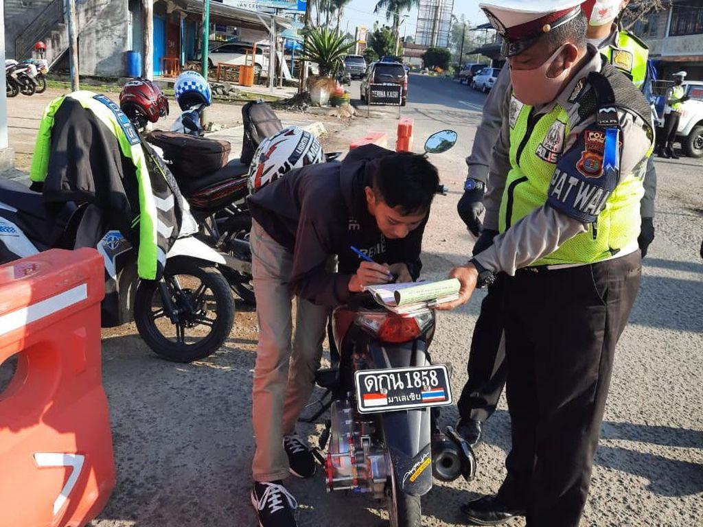 Polisi Tilang Pemotor Pakai Pelat Beraksara Thailand