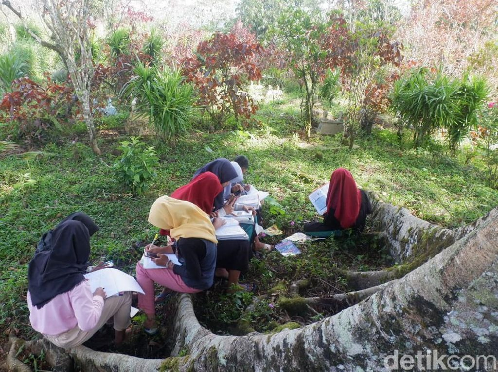Susah Sinyal, Siswa SMP di Banjarnegara Ini Terpaksa Belajar di Makam
