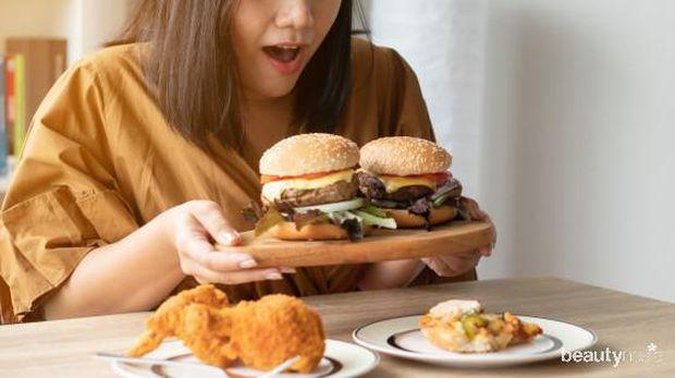 mengkonsumsi junk food