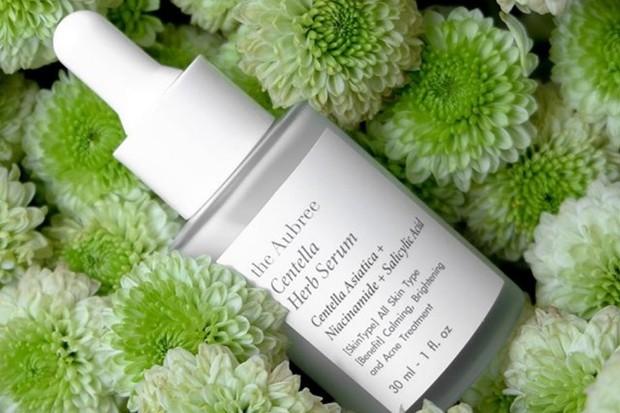 salah satu rekomendasi skincare yang bagus untuk atasi kulit berjerawat adalah The Aubree Centella Herb Serum