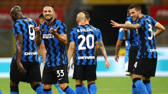 MILAN, ITALY - JULY 28:  Danilo D Ambrosio #33 of FC Internazionale celebrates after scoring the opening goal during the Serie A match between FC Internazionale and SSC Napoli at Stadio Giuseppe Meazza on July 28, 2020 in Milan, Italy.  (Photo by Marco Luzzani/Getty Images)
