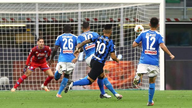 MILAN, ITALY - JULY 28:  Lautaro Martinez #10 of FC Internazionale scores his goal during the Serie A match between FC Internazionale and SSC Napoli at Stadio Giuseppe Meazza on July 28, 2020 in Milan, Italy.  (Photo by Marco Luzzani/Getty Images)