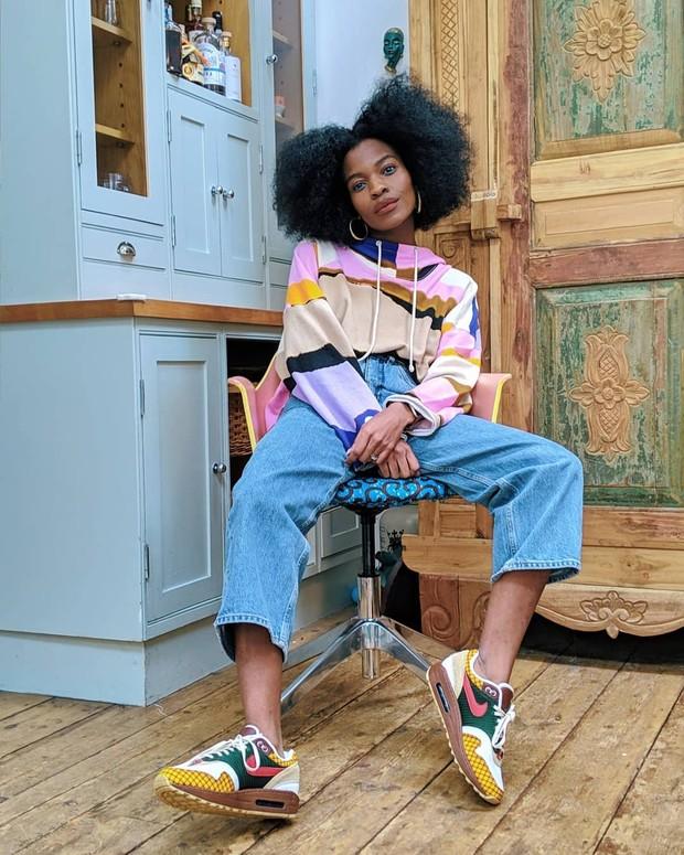 Melihat akun media sosialnya, kita akan melihat bagaimana influencer berkulit hitam ini memberikan inspirasi berpenampilan dengan outfit berwarna cerah