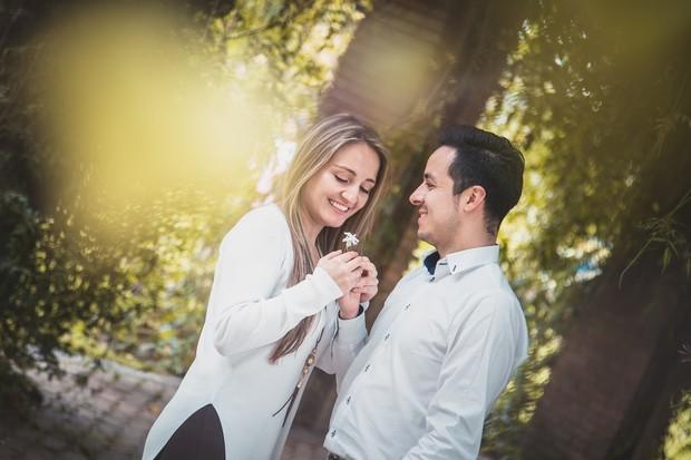 Tunjukkan rasa sayangmu kepada pasangan, bahkan di depan orang tuanya. Mintalah izin langsung kepada orang tua pasangan ketika akan mengajak pasangan bepergian.