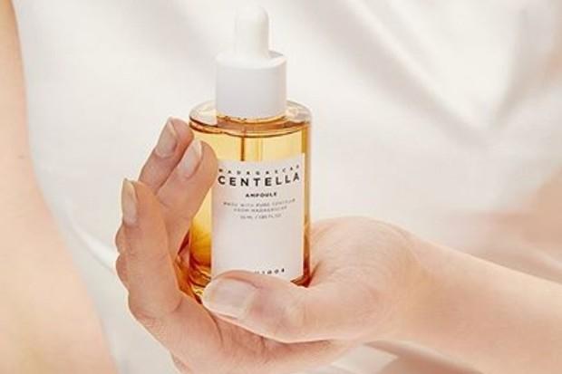 salah satu rekomendasi skincare yang bagus untuk atasi jerawat adalah Skin1004 Madagascar Centella Asiatica 100 Ampoule