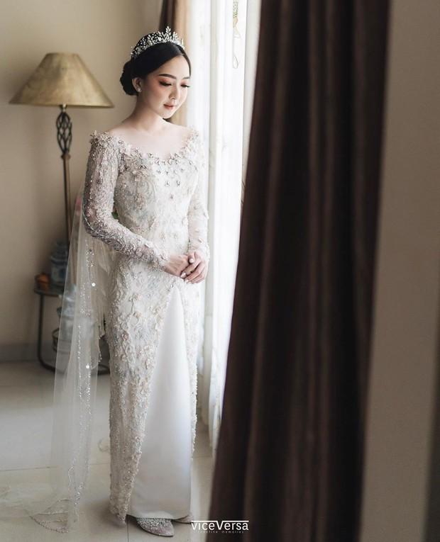 Kebaya itu dipadukan dengan bawahan rok putih yang membuatnya tampak menyatu dan terlihat seperti gaun pengantin.