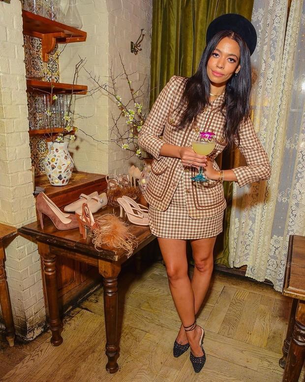 Pada akun Instagramnya, Aurora James lebih banyak memperlihatkan gaya fashion-nya yang khas.