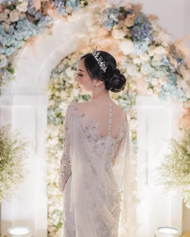 Tak hanya bagian depan, kebaya Asta Riri juga tampak cantik dan elegan di bagian belakang.