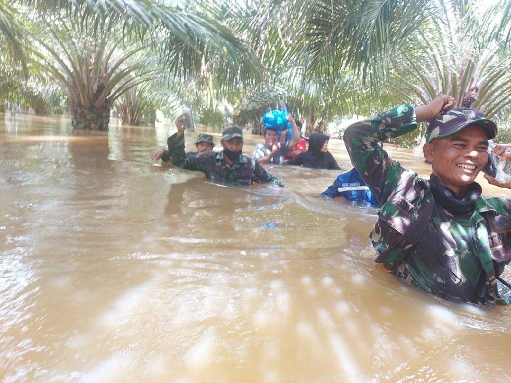 Seharian Terjebak Banjir di Perkebunan Sawit, 7 Warga Aceh Dievakuasi