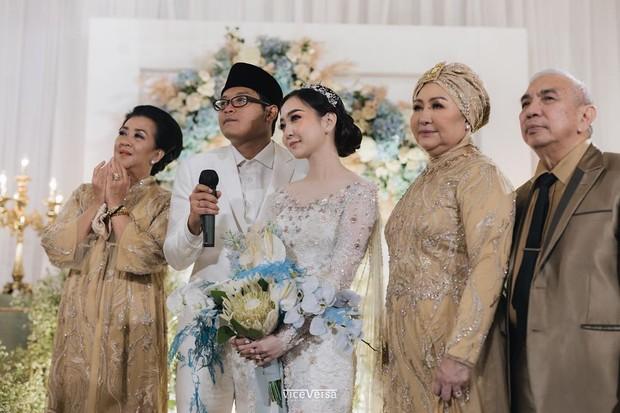 Dalam prosesi akad nikah, Asta Riri dan Rama tampil serasi serta elegan mengenakan busana warna putih.