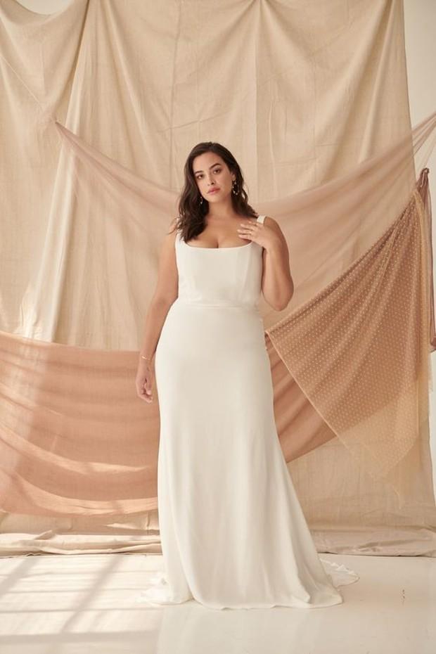 Baju pengantin wanita yang simpel nan cantik cocok dipakai buat pemilik tubuh plus size.