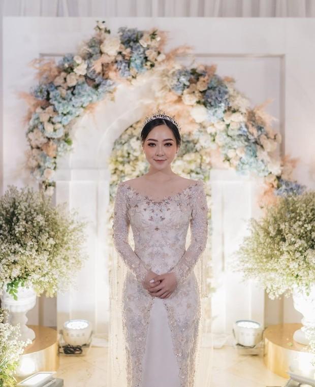 Kebaya Asta Riri makin elegan dengan taburan payet berwarna champagne (emas muda) dan light grey di semua permukaan, ditambah detail bunga.