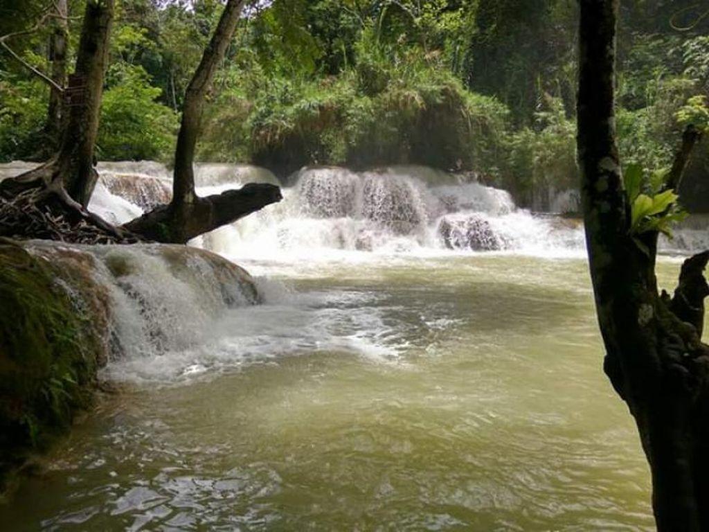 Wah, Air Terjun Kuang Si di Laos Ini Deras Sekali