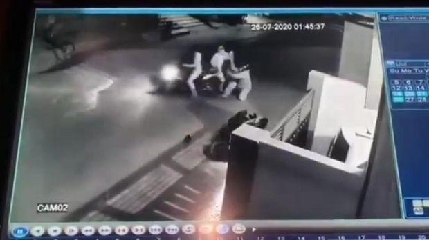 Aksi emak-emak melawan begal di Bekasi terekam kamera CCTV. Wanita itu terbilang berani lantaran sempat bergelut dengan pelaku yang membawa celurit.