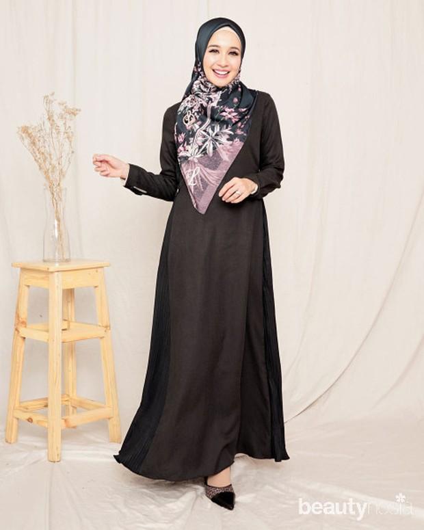dress ini hadir dengan warna hitam polos yang terlihat simpel dan elegan