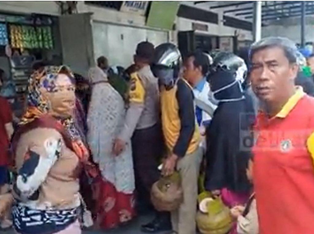 Gas 3 Kg Langka, Warga Parepare Berdesakan di Agen Penjualan