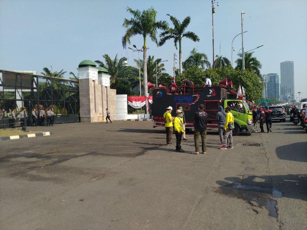 Jelang Demo, Massa Buruh Mulai Berkumpul di Depan DPR