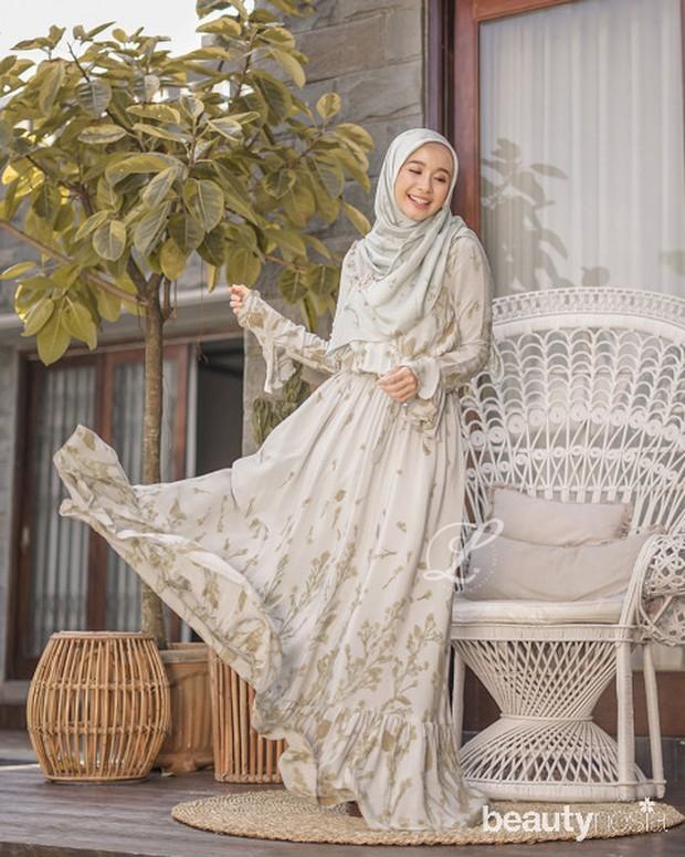 Koleksi berupa long dress sepanjang 140 cm denantambahan furing ini hadir dengan warna menyegarkan yaitu icy aqua