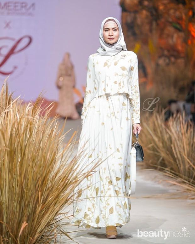 Dress ini memiliki variasi penutup dada sehingga terlihat lebih simpel dan elegan.