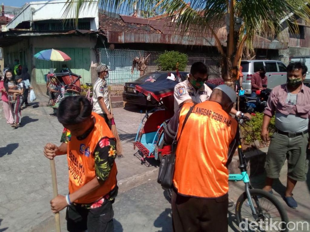 Tak Pakai Masker, 22 Warga Dihukum Bersihkan Trotoar-Jalan di Cianjur