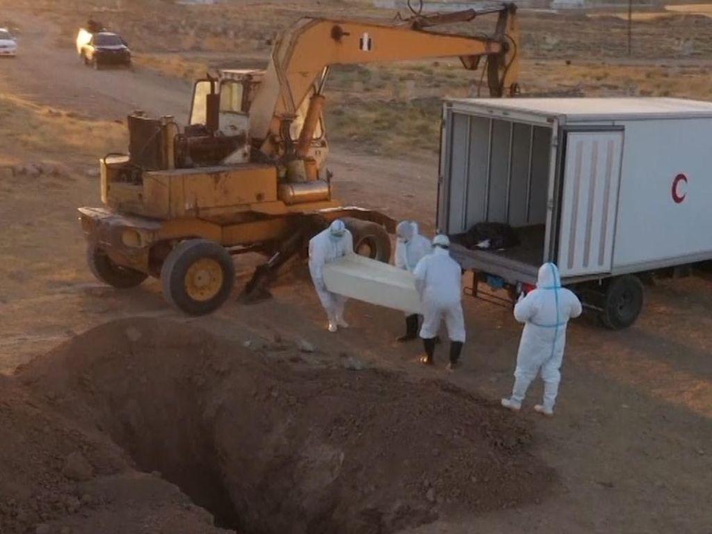 Traktor Bantu Prosedur Pemakaman Jenazah Covid-19 di Irak