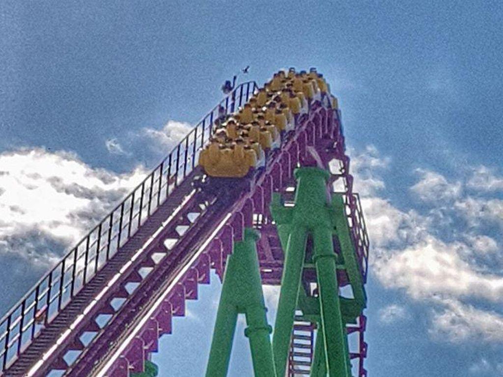 Ngeri, Puluhan Penumpang Terjebak di Roller Coaster Setinggi 46 Meter