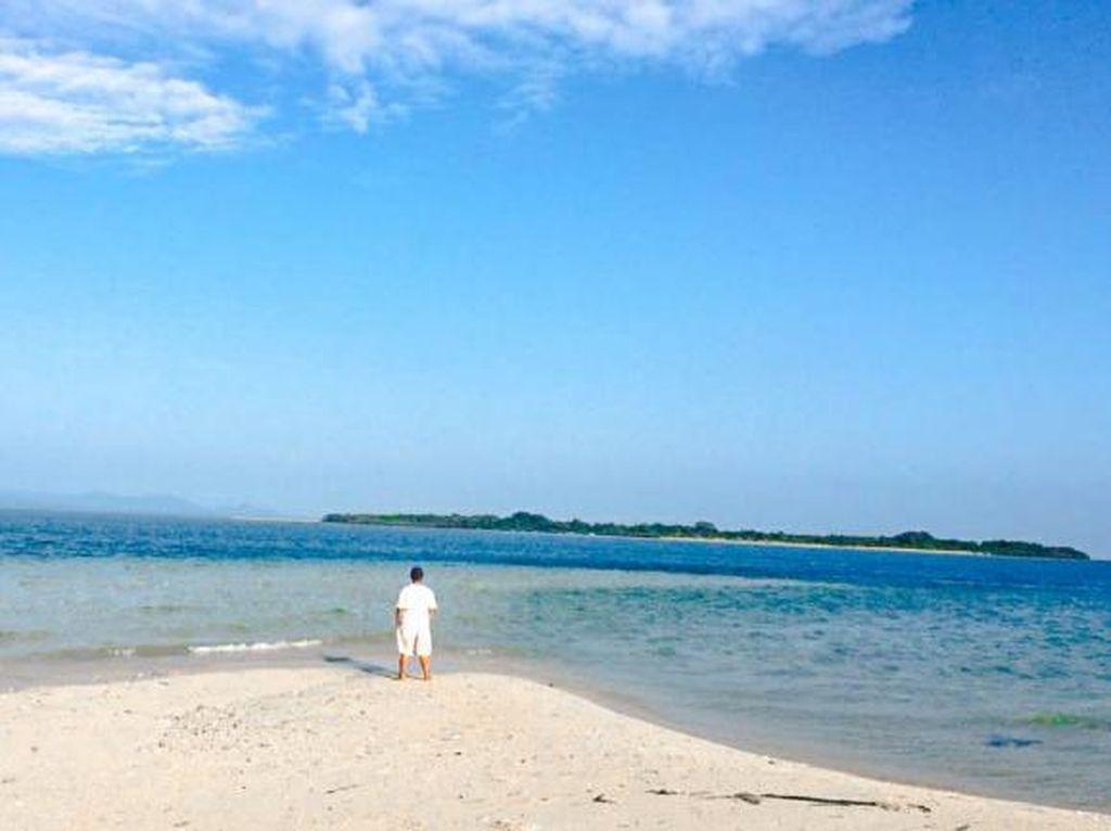Hamparan Pasir Putih dan Laut Biru di Pulau Semujur