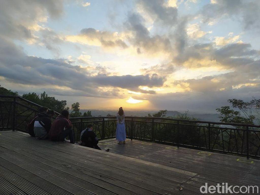 Kembali Dibuka, Punthuk Setumbu Disambut dengan Antusias Wisatawan