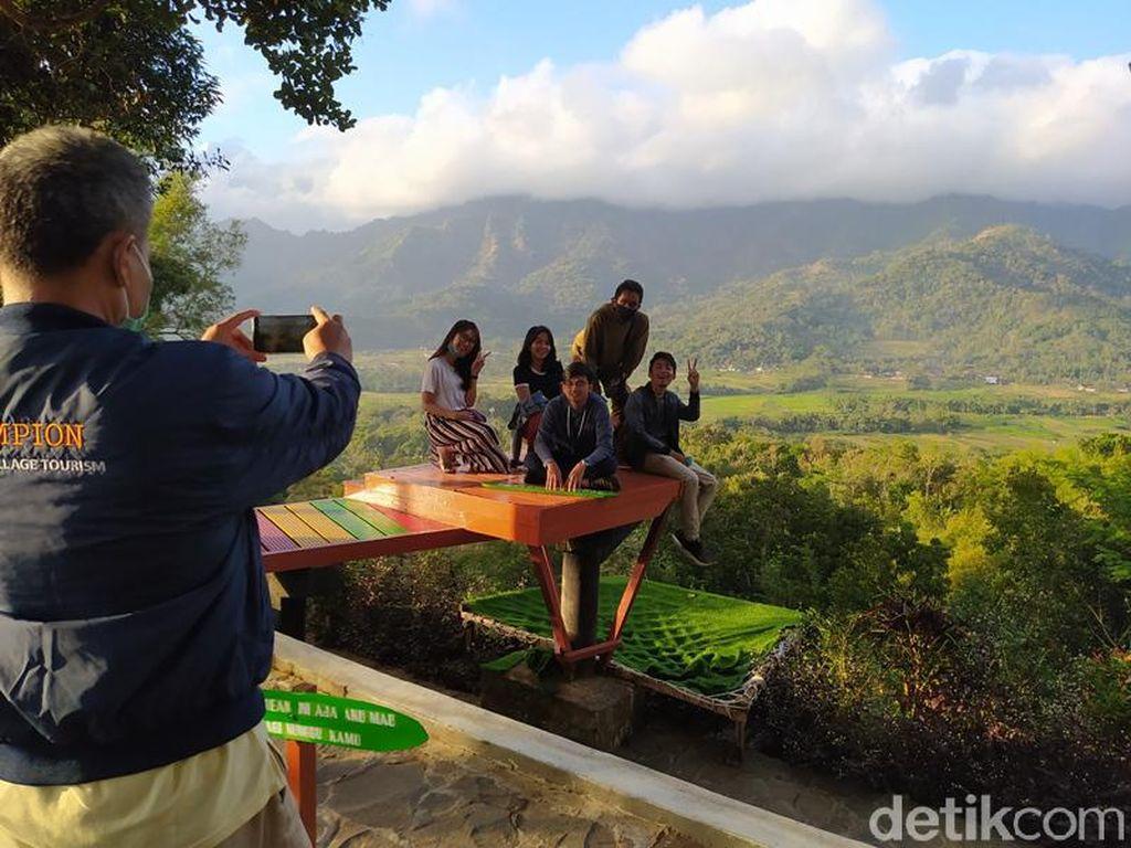 Wisatawan Mulai Asyik Berfoto Lagi di Punthuk Setumbu