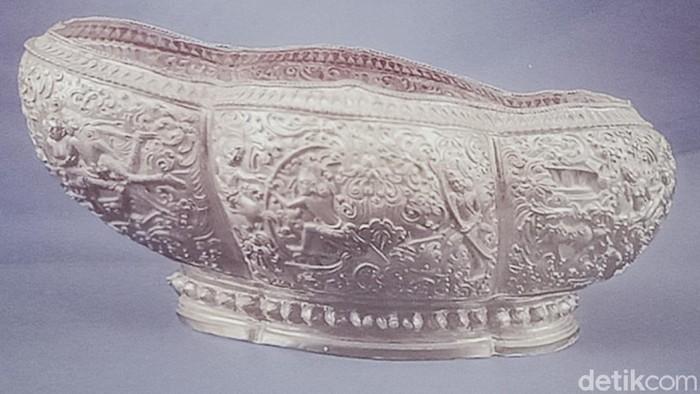 Relief Ramayana di mangkuk emas yang ditemukan di Klaten pada Oktober 1990 silam