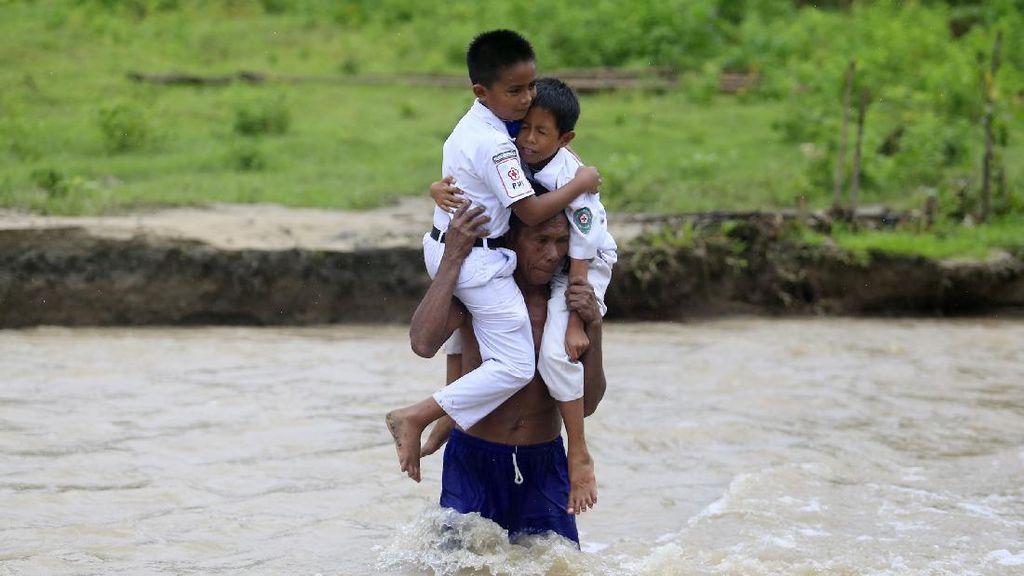 Menerjang Derasnya Sungai Demi Bersekolah